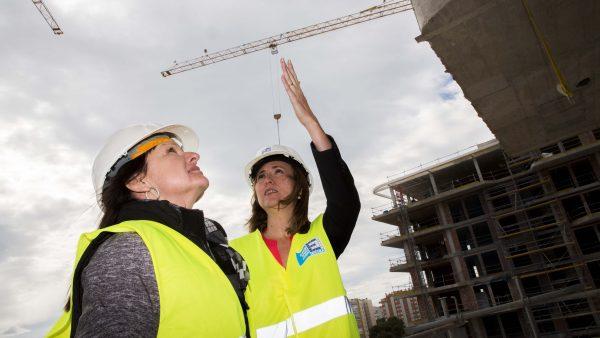 Más mujeres en las obras, pero con menos peso
