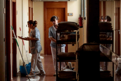 El personal ligado a la limpieza y  mantenimiento de hoteles crece en verano para atender la demanda.