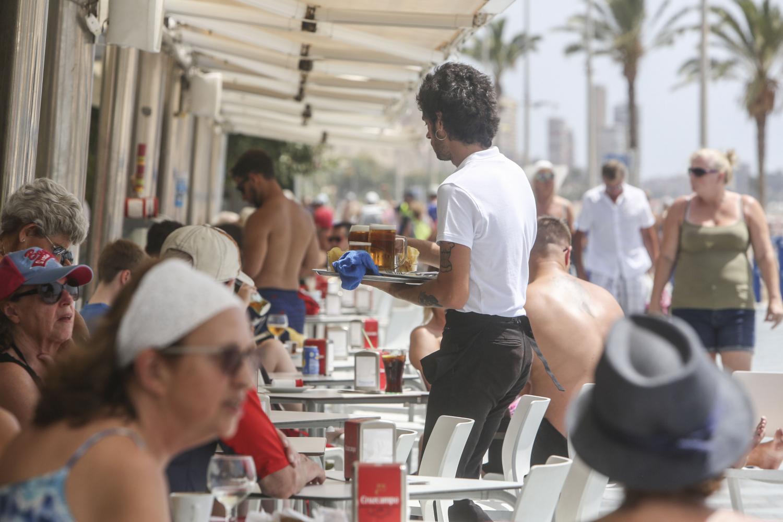 Un camarero trabaja en un bar de Alicante.