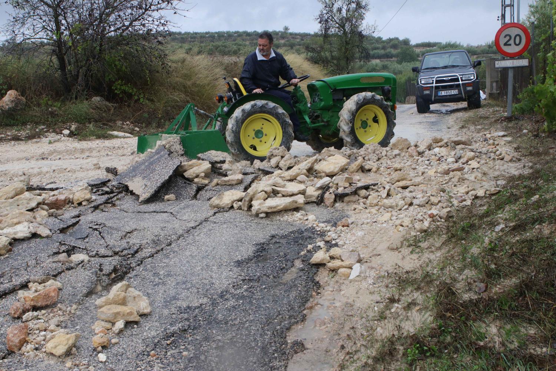 un vecino de Beniarrés reparando un camino. juani ruz