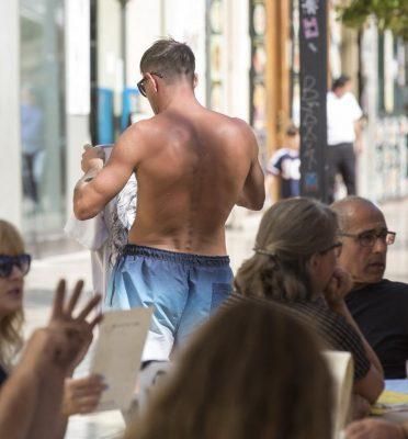 Los Comerciantes Exigen Que Se Prohíba Ir Sin Camiseta Por La Calle Porque Daña La Imagen Turística De Alicante Diario Información A Fondo