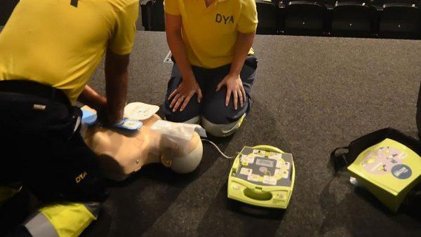 Emergencias guía por teléfono a los familiares de personas con parada cardiaca para iniciar la reanimación